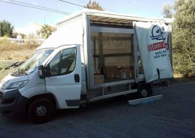 Camión Cargando Transportes y Mudanzas Porcel en Lucena
